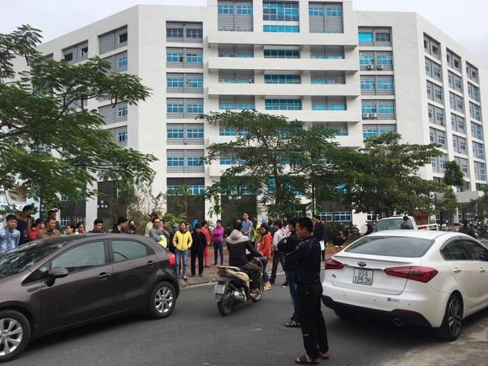 Người nhà có bệnh nhi tử vong kéo đến bệnh viện.
