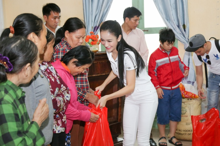 Mới đây, Á hậu Hà Thu cùng đoàn Miss Earth Vietnam và những người bạn có chuyến thăm và trao quà cho bà con ở huyện Phong Điền (Thừa Thiên - Huế) - một trong những địa phương chịu thiệt hại nặng nhất trong cơn bão vừa qua.