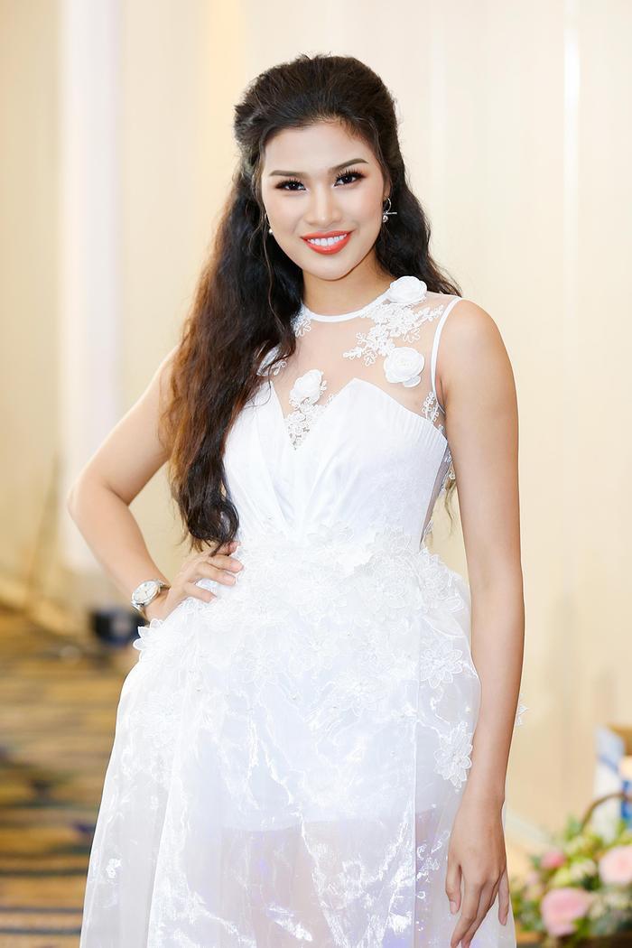Á hậu Nguyễn Thị Thành xinh đẹp và quyến rũ trong bộ váy trắng tinh khôi. Cô thu hút mọi sự chú ý ngay từ lúc xuất hiện bởi vẻ ngoài ngày càng quyến rũ, gợi cảm.