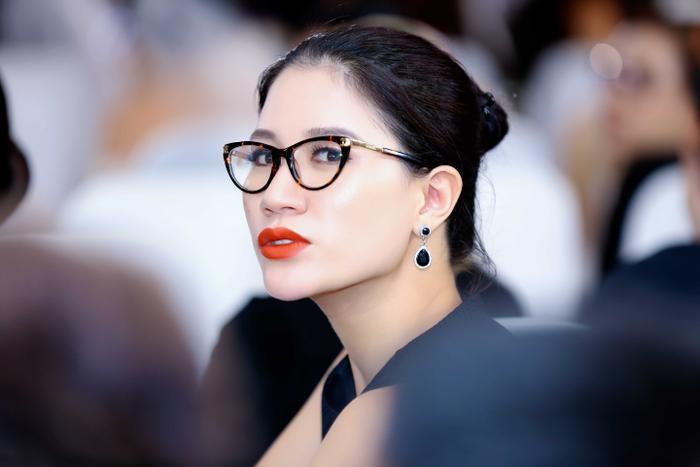 Vừa trở về từ chuyến từ thiện miền Trung, Trang Trần lập tức đến động viên các bạn trẻ.