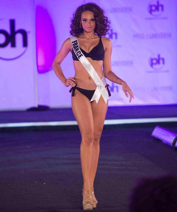 Hoa hậu Pháp gây ấn tượng với chiều cao nổi bật, mái tóc xoăn cùng làn da bánh mật vô cùng quyến rũ. Người đẹp cao 1m78 được đánh giá là ứng cử viên sáng giá cho chiếc vương miện năm nay.