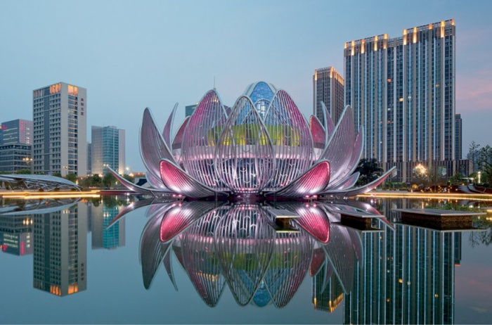 Tòa nhà hoa được xây dựng trên một hồ nước nhân tạo tại tỉnh Giang Tô. Nó được thiết kế bởi công ty kiến trúc Studio 505 của Australia. Để vào đây, khách quan sẽ đi theo một con đường ở bên dười hồ. Vào ban đêm, tòa nhà sẽ vô cùng tỏa sáng khi hệ thống đèn điện hoạt động.