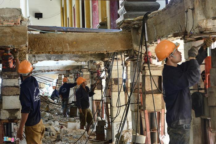 Đội ngũ công nhân thi công nâng công trình này có 20 người, mỗi người phụ trách 3-4 cột qua nhiều công đoạn. Đặc biệt khi máy hơi bơm kích thủy lực hoạt động, họ đều phải tập trung theo dõi để điều chỉnh kích thủ công.