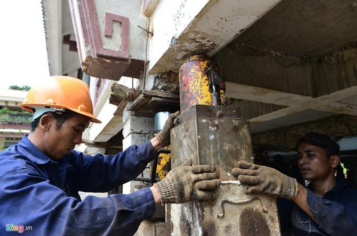 Sau khi kích thủy lực thủ công chịu lực cho toàn bộ công trình, các con kê bê tông cố định, các công nhân sẽ tiến hành chèn, nâng kích hơi, điều chỉnh thông số để tiếp tục kích các lần sau.