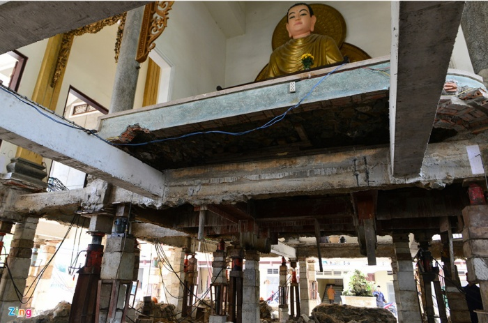 Ngoài nâng lên, theo yêu cầu của nhà chùa, đơn vị thi công kết hợp đổ thêm dầm, sàn giữa trung tâm giảng đường.