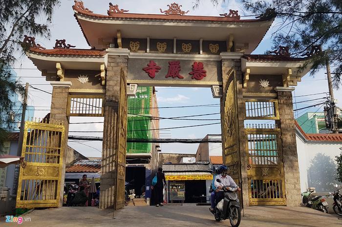 Trước đó, năm 2015, ông Cư cùng ê-kíp của mình cũng đã nâng cổng ngôi chùa này nặng 70 tấn, lên cao 1,2 m để chống nước tràn vào bên trong chùa. Vừa qua ông cũng thi công nâng cao tháp mẹ Quan âm nằm bên đại giảng đường lên 1,5 m.