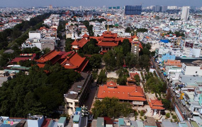 Tọa lạc tại đường Đỗ Năng Tế, phường An Lạc A, quận Bình Tân, chùa Huệ Nghiêm được nhiều người biết đến với những kiến trúc nghệ thuật độc đáo. Chùa do Hòa thượng Thích Thiện Hòa khai lập vào ngày 11/11/1962. Chùa này còn là nơi tu học của chư tăng từ năm 1963 đến năm 1985 với các tên: Trường trung học chuyên khoa, Phật học viện Huệ Nghiêm, Viện cao đẳng Phật học Huệ Nghiêm. Chùa đã được trùng tu vào năm 1965 và năm 1989. Trong khuôn chùa có nhiều công trình đẹp như tháp chuông, đài Quan Âm, tháp Phổ Đồng (cao 32m, xây năm 1972), đặc biệt là pho tượng đức Phật Thích ca (cao 4,5 m, ngang 4,5 m) do điêu khắc gia Lê Thành Nhơn sáng tác, an vị vào năm 1979.
