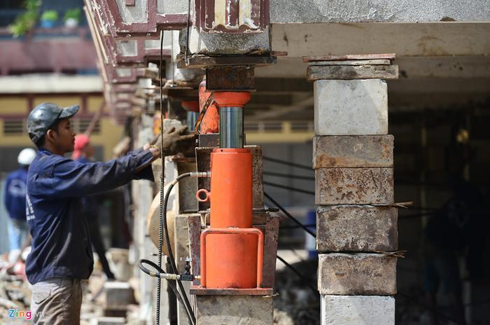 Theo ông Cư, để đảm bảo kết cấu công trình khi nâng cao được an toàn tuyệt đối, ông cùng các công nhân thực hiện phải chia thành 2 giai đoạn, sau khi nâng cao 1,5 m sẽ gia cố móng cột và tiếp tục nâng đợt 2.