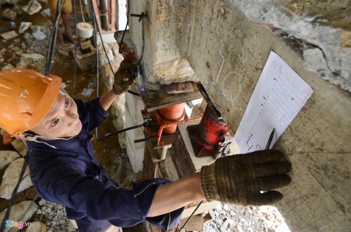 Các cột sẽ được gắn bảng kích cỡ cùng tay cỡ bằng thép để điều chỉnh đồng đều thông số toàn bộ các cột cùng lúc.