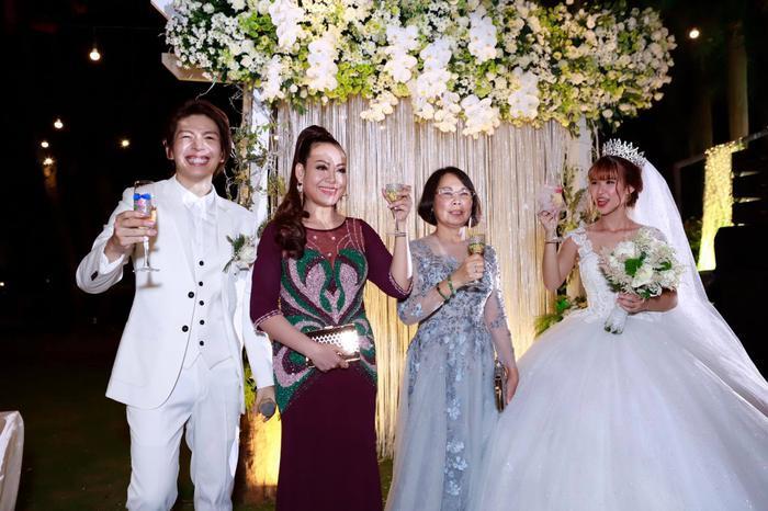 Cô dâu chú rể nâng ly mừng hạnh phúc bên hai mẹ.