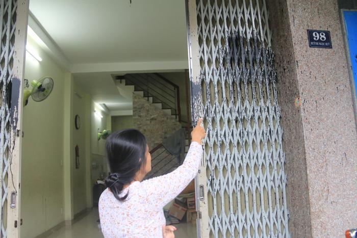 """Chị Trần Thị Ngọc Anh, chủ nhà số 98 lo lắng vì ngôi nhà của mình liên tiếp bị """"khủng bố""""."""