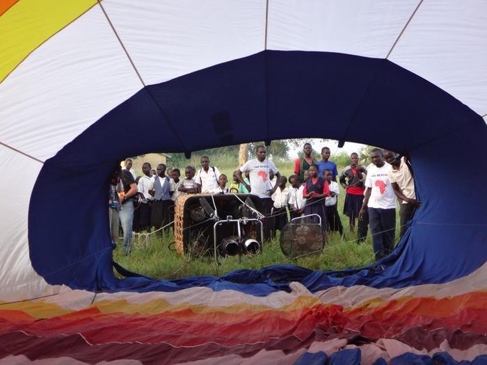 Người đàn ông đi khắp thế giới với khinh khí cầu vì quyền trẻ em