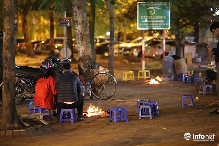 Nhiệt độ 11 độ C, người Hà Nội nổi lửa trên phố