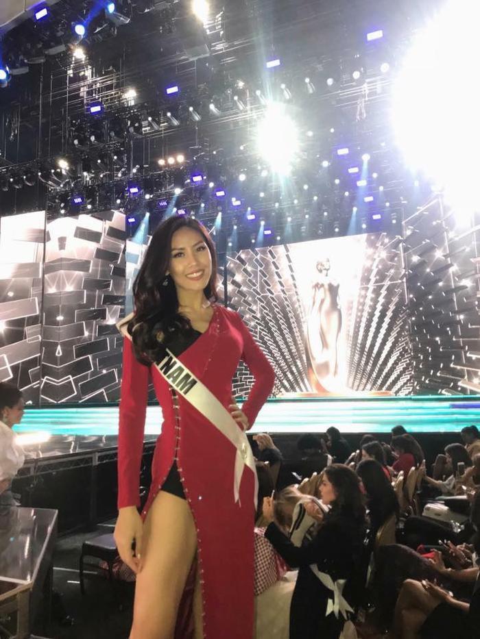 Nguyễn Loan rạng rỡ, quyến rũ 'bốc lửa' trong ngày tổng duyệt chung kết Miss Universe 2017