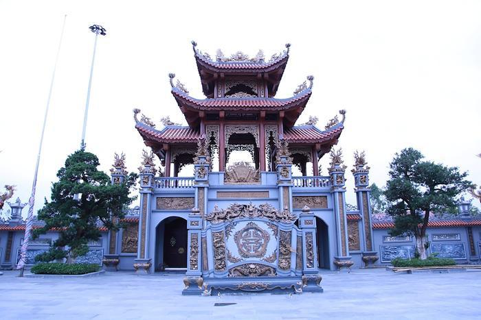 """Thời gian gần đây, nhà thờ họ Nguyễn Quốc tại xóm Đại Thắng, xã Nam Cát, huyện Nam Đàn (Nghệ An) đang khiến dư luận xôn xao bởi chi phí xây dựng """"khủng"""" và kiến trúc công trình vô cùng ấn tượng."""