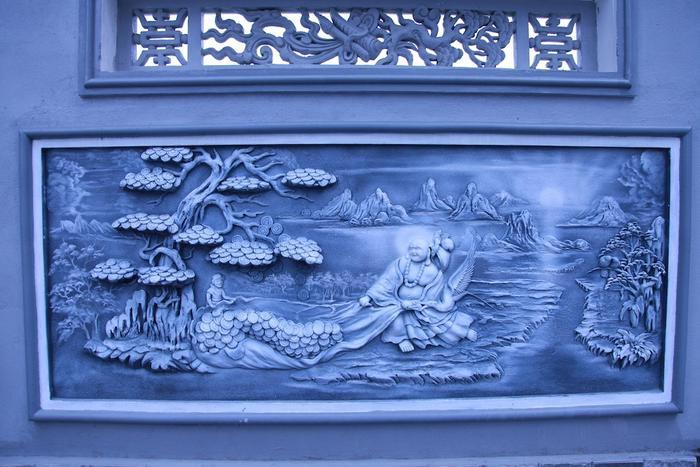 Tường bao xung quanh nhà thờ được xây đắp, trang trí, khắc nổi 126 bức tranh (mỗi bức dài khoảng 2 m, rộng gần 1m) với nhiều chủ đề như tứ linh, tứ quý, tứ mùa, bát tiên, vinh quy bái tổ… Ngoài ra còn có 140 câu đối tiếng Việt mang nội dung nhân văn, triết lý.