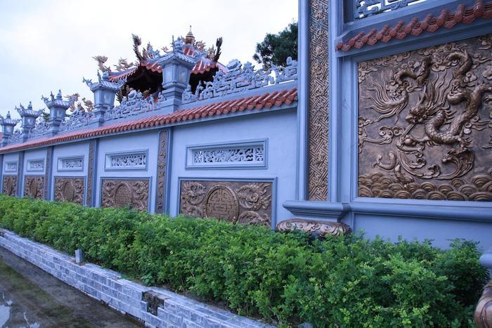 Bên ngoài hàng rào của nhà thờ được đắp nổi các linh vật rồng và sơn nhũ đồng.