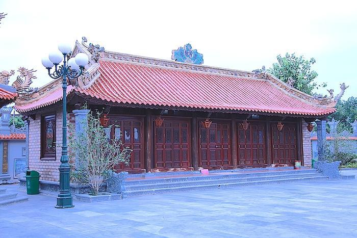 Phía trong khuôn viên, những ngôi nhà được thiết kế, xây dựng theo kiểu cung đình.
