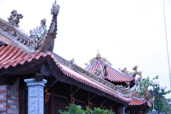 Ở trên mái ngói của các khu thờ đều được lợp nhiều lớp ngói âm dương và đắp nổi các linh vật rồng.