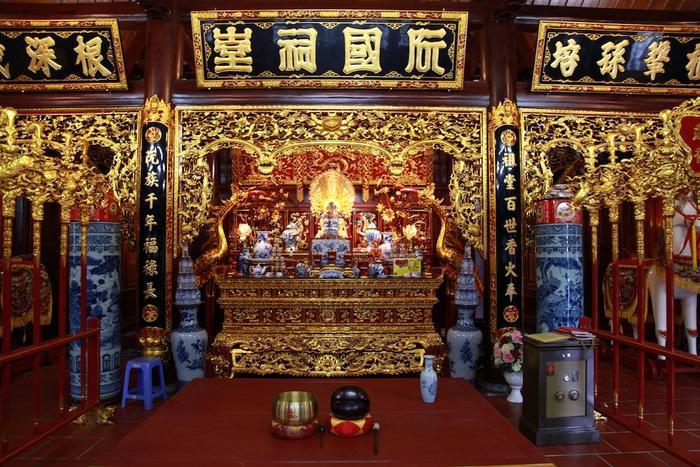 Gian điện chính của nhà thờ gồm có tiền điện thờ phật và hậu điện thờ tổ tiên dòng họ Nguyễn Quốc.