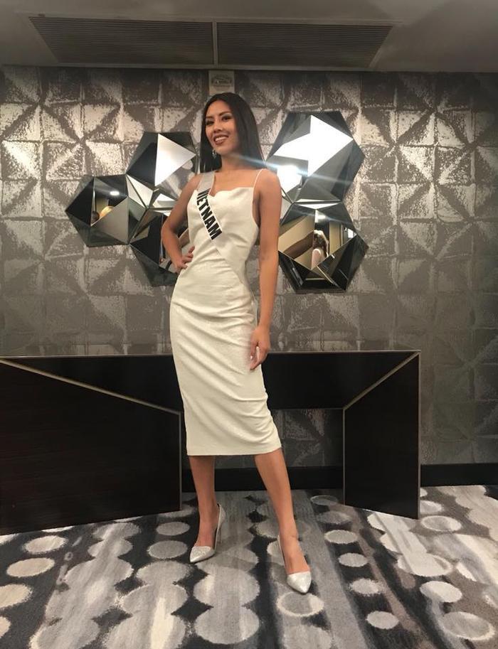 Có mặt trong buổi tiệc tối cùng các thí sinh Hoa hậu Hoàn vũ, Nguyễn Thị Loan gây ấn tượng với người đối diện với vẻ đẹp rạng ngời khi khoác lên mình bộ trang phục của NTK Arian Anh Tuấn, vừa cuốn hút lại vô cùng quyến rũ.