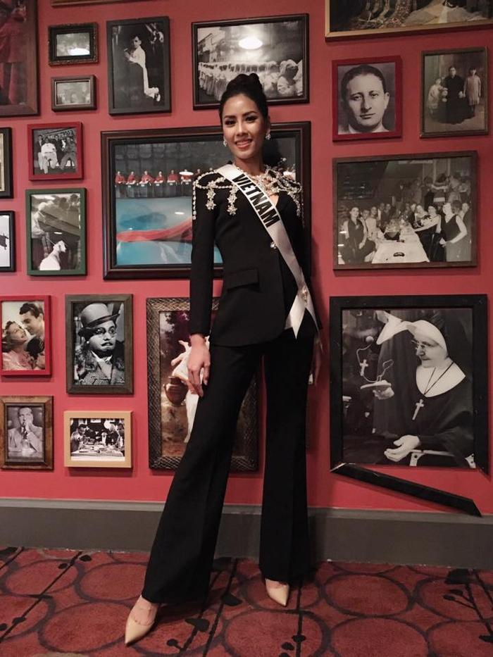 Trước thềm đêm chung kết, người đẹp Việt Nam cùng các thí sinh có chuyến tham quan những địa diểm nổi tiếng trên đất Mỹ. Nguyễn Thị Loan diện trang phục đen sang trọng thu hút mọi ánh nhìn.