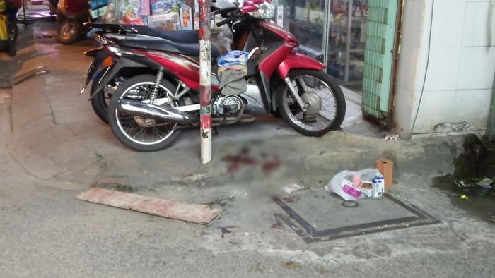 Vết máu của nạn nhân còn lưu lại tại hiện trường.