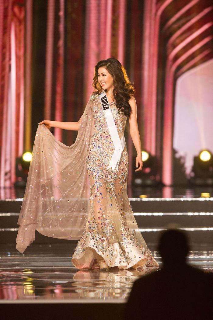 Jenny Kim trong phần thi Trang phục dạ hội ở Hoa hậu Hoàn vũ 2016.