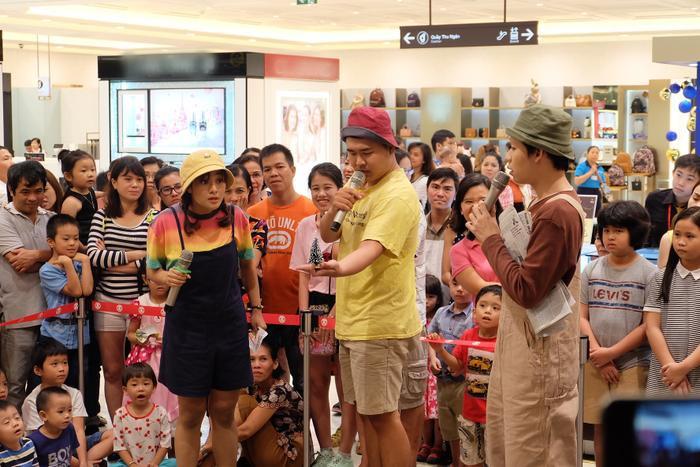 Cùng với các đồng nghiệp trong nhóm kịch Tía Lia, Huỳnh Lập biểu diễn tặng cho khán giả vở kịch Ước nguyện đêm Noelhài hước và không kém phần ý nghĩa. Sự xuất hiện của nhóm nghệ sĩ khiến không gian tại trung tâm thương mại trở nên vui nhộn, đông đảo hơn.