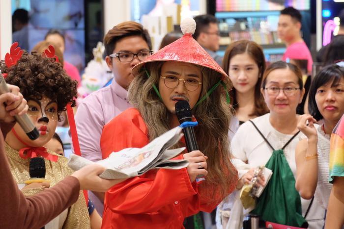 Xuất hiện giữa trung tâm mua sắm, Huỳnh Lập bất ngờ hoá thành ông già với râu tLia.ạc phơ, diện áo bà ba và nón lá.