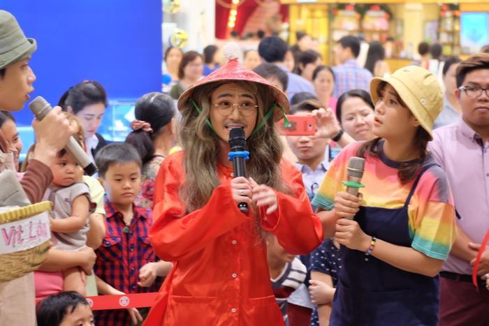 Ít ai biết chính sự hóm hỉnh, đáng yêu đã giúp Huỳnh Lập có lượng fan hùng hậu là các em bé. Bằng chứng là sân khấu Tía Lia của nam diễn viên luôn sáng đèn hằng đêm và chật kín ghế ngồi bởi những vở diễn hút khách nhưMẹ hát rong, Yêu trà…