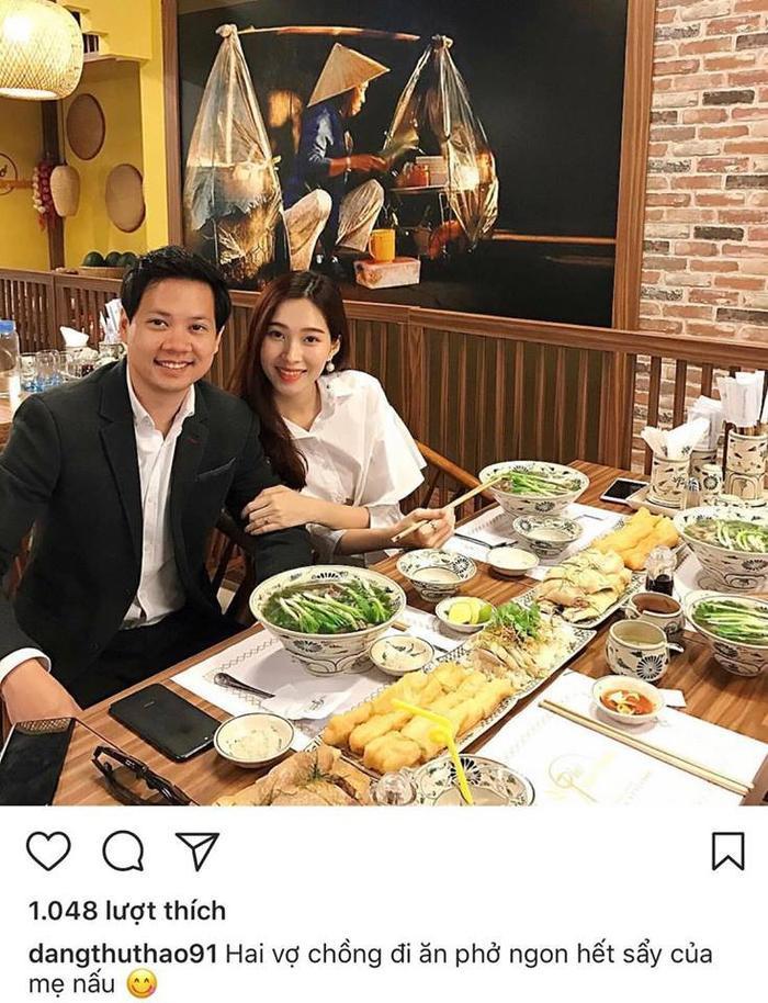 Lần đầu tiên, Hoa hậu Việt Nam 2012 chia sẻ ảnh tình tứ của hai vợ chồng trên trang cá nhân.