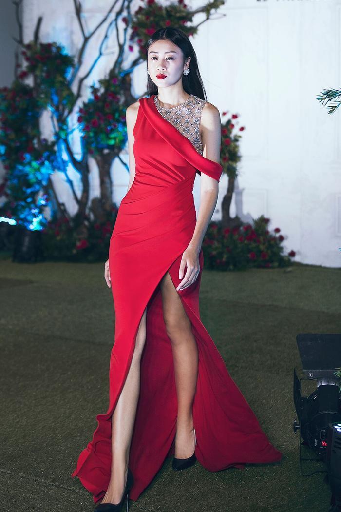Không hổ 'nàng thơ' lâu năm, Minh Triệu 'ôm trọn' mở màn, chốt màn BST mới của Lê Thanh Hòa