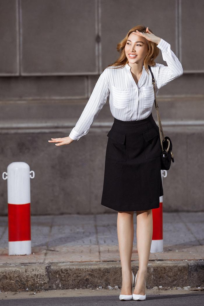 """Ngoài những chiếc váy dáng suông nhẹ, nữ diễn viên Quỳnh Thư còn """"bỏ túi"""" cho mình những chiếc áo sơ-mi kết hợp với chân váy trong màu sắc nhẹ nhàng. Đây là phong cách khá phổ biến khiến các cô nàng công sở khó lòng bỏ qua set đồ này."""