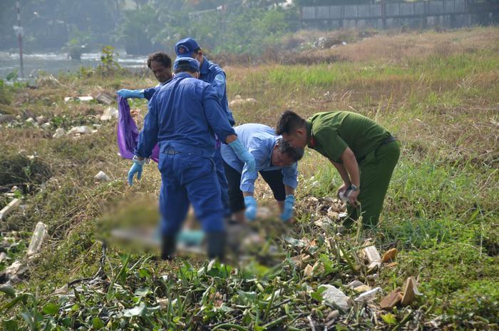 Cơ quan chức năng đưa thi thể nạn nhân về nhà xác.
