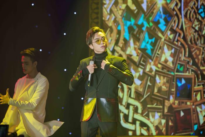 Trước đó, khán giả đã được hoà mình vào bữa tiệc âm nhạc sôi động của Soobin Hoàng Sơn với Phía sau một cô gái, Lalala và Vui đi em.