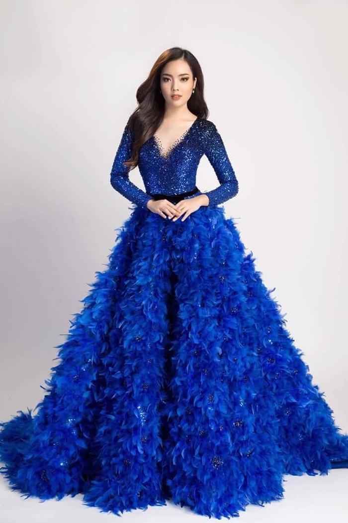 """Lựa chọn chiếc váy xanh nổi bật cho đêm thi bán kết, nhưng nhiều người cho rằng trang phục có phần """"làm quá"""", khá nặng nề khiến chân dài sinh năm 1993 trông không mấy duyên dáng."""