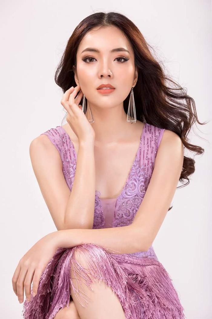 Đôi lúc, cô nàng cũng thử những chiếc váy có phần xẻ ngực gợi cảm, tuy nhiên gam màu hồng không mấy sang trọng cùng phần lưới ngay ngực cũng được cho là kém duyên, thiếu tinh tế.