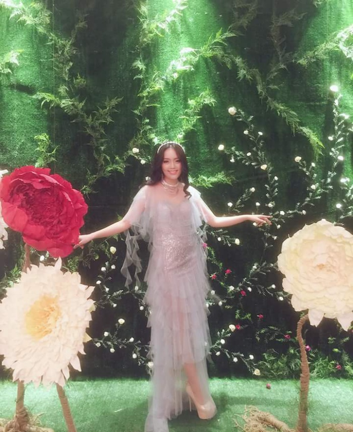"""Đam mê chất liệu voan cùng các chi tiết bèo, xếp tầng, nhưng cách chọn chiếc váy quá rối rắm, tham chi tiết cùng gam màu hồng khiến """"phần nhìn"""" của thí sinh Hoa hậu Hoàn vũ Việt Nam năm nay trở nên lỗi thời."""