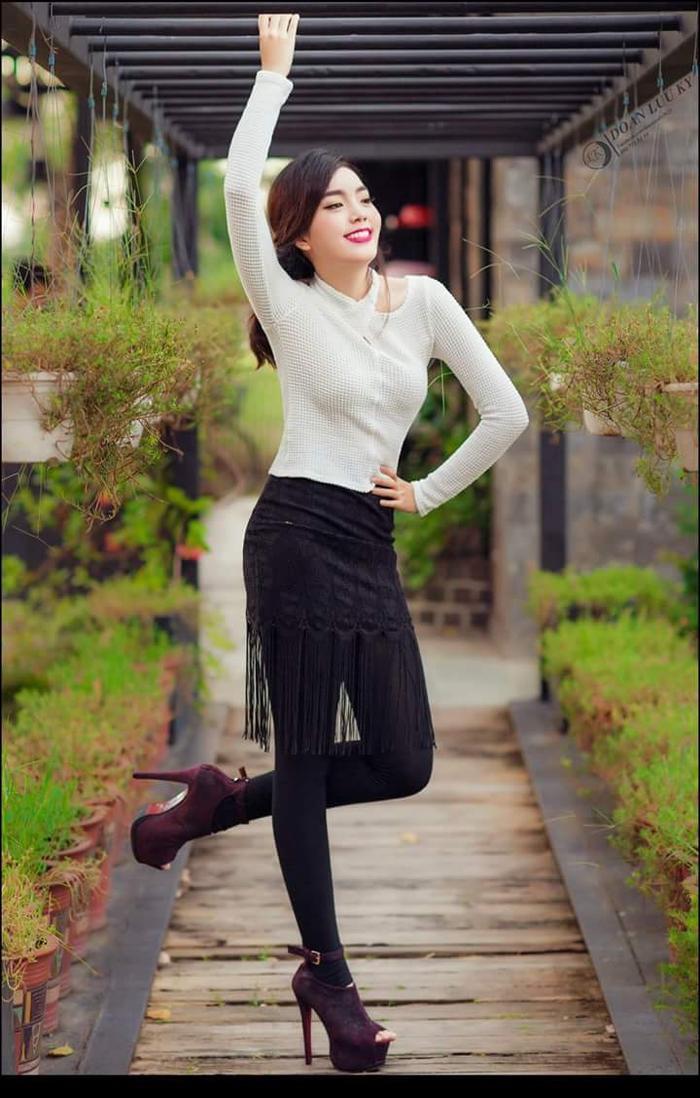 """Cùng diện áo len tay dài, nhưng so với quần culottes tôn dáng của Kỳ Duyên, chiếc quần leggings đính tua rua của thí sinh Hoa hậu Hoàn vũ Việt Nam năm nay có phần """"kém duyên""""."""