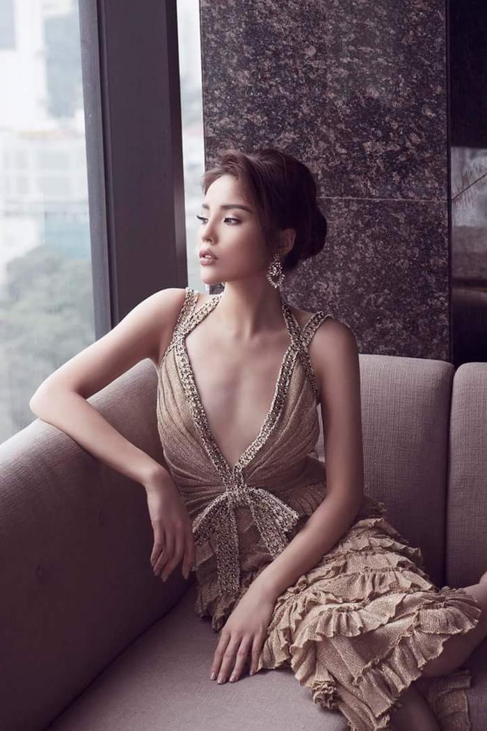 """Nếu so với chiếc váy xẻ ngực gợi cảm, cùng phần tùng bèo dún của NTK Công Trí mà Kỳ Duyên đang diện. Kết hợp cùng kiểu tóc và phụ kiện, ai cũng phải """"gật gù"""" công nhận, Hoa hậu Việt Nam 2014 có phần hơn hẳn về gout thẩm mỹ."""
