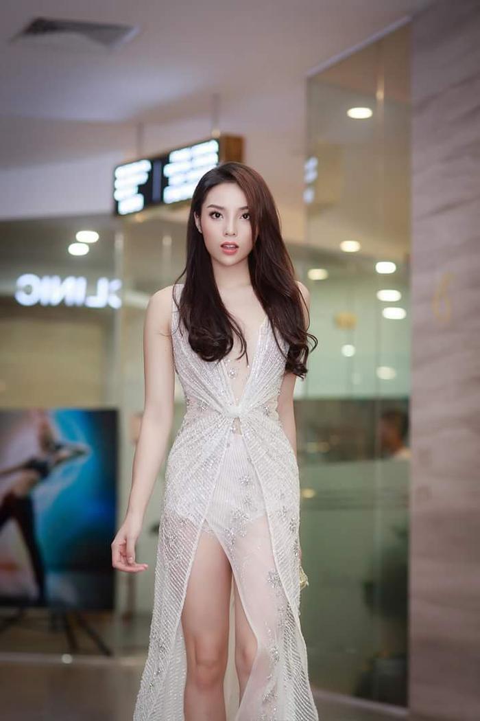Cùng trưng diện chiếc váy trắng đính kết, nhưng Kỳ Duyên lại ghi điểm với thiết kế có phần cắt cúp gợi cảm, phần xẻ cao tinh tế giúp HLV The Look khoe được đôi chân thẳng tắp mà không hề phô phang.