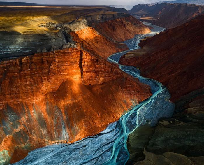 Ánh sáng mặt trời lướt qua lớp khoáng chất nhiều màu ở Dushanzi Grand Canyon, Trung Quốc.Ảnh chụp bởi Yuhan Liao, đứng thứ hai trong danh mục cảnh quan thiên nhiên.