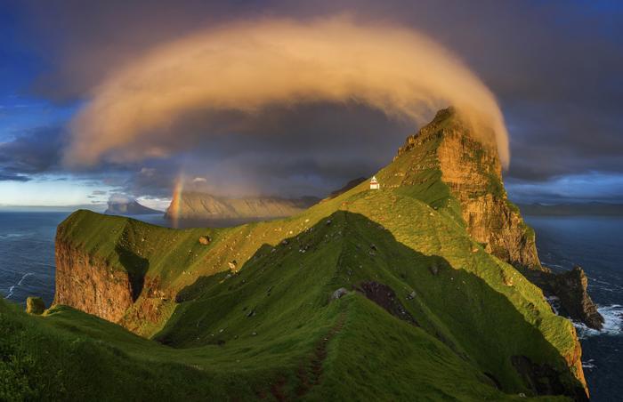 Giải thưởng bức ảnh được yêu thích nhất mục cảnh quan thiên nhiên đã thuộc về Wojciech Kruczynski với bức ảnh chụp hoàng hôn chiếu sáng ngọn hải đăng và cầu vồng ở quần đảo Faroe.