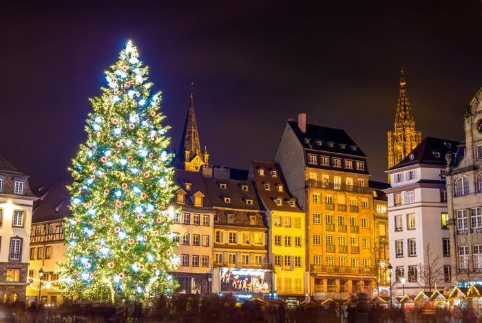 Strasbourg, Pháp: Strasbourg, thủ đô của Giáng sinh, là điểm đến hoàn hảo cho kỳ nghỉ cuối năm với chợ Giáng sinh rực rỡ, đồ ăn hấp dẫn và đặc biệt là một trong những cây thông lớn và đẹp nhất ở Châu Âu. Sự xuất hiện của cây thông Noel Strasbourg được coi là sự kiện quan trọng của năm, đánh dấu mùa lễ hội và mở cửa chợ Giáng sinh. Ảnh: Leonid Andronov.