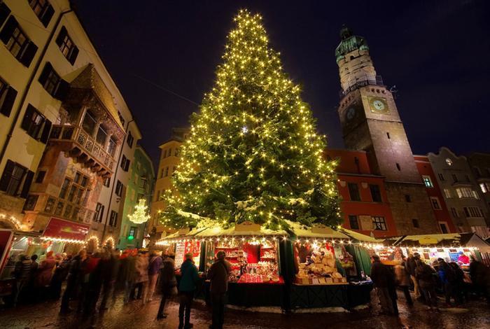 """Innsbruck, Áo: Chợ Giáng sinh Innsbruck, còn được gọi là """"chợ Giáng sinh Altstadt"""", là một trong những khu chợ lãng mạn nhất ở châu Âu nằm xung quanh cây thông Noel rực rỡ, nổi bật giữa quảng trường chính Innsbruck. Ảnh: LianeM."""