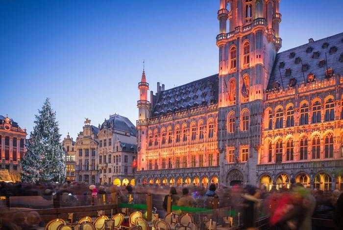 Brussels, Bỉ: Vào mùa Giáng sinh toàn thành phố Brussels được trang trí với ánh đèn lấp lánh và chào đón du khách từ khắp nơi trên thế giới ghé thăm thành phố. Đến đây, du khách không thể không ghé thăm cây thông Noel của thành phố nằm ở Quảng trường lớn, một trong những nơi đẹp nhất Brussels, sau đó tham gia các trò chơi hay thưởng thức hương vị chocolate số một thế giới ở đây. Ảnh: Anadman Bvba.