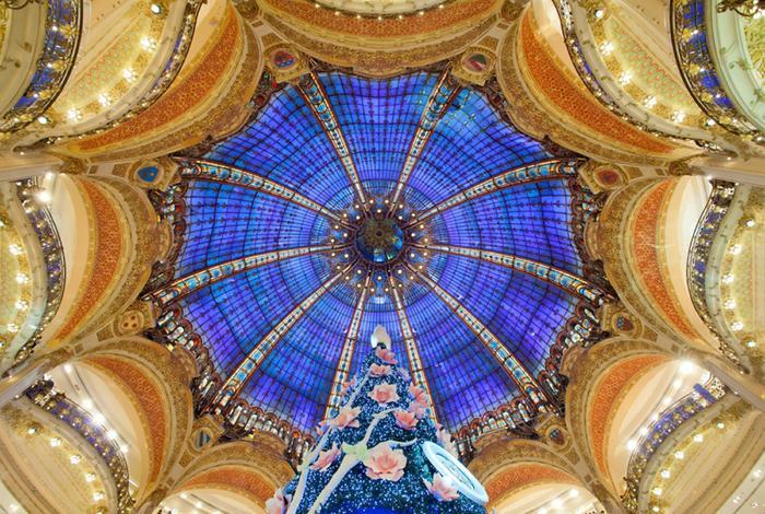 Paris, Pháp: Paris là điểm đến tuyệt vời cho những người yêu thích Giáng sinh với không khí lễ hội ngọt ngào tràn ngập đường phố. Mỗi năm, các cửa hàng, công ty tại đây lại cố gắng tạo ra những không gian Giáng sinh đẹp nhất với những cây thông Noel rực rỡ, trong đó, Galeries Lafayette luôn khiến du khách bất ngờ với cây thông lộng lẫy. Ảnh: Paris info.