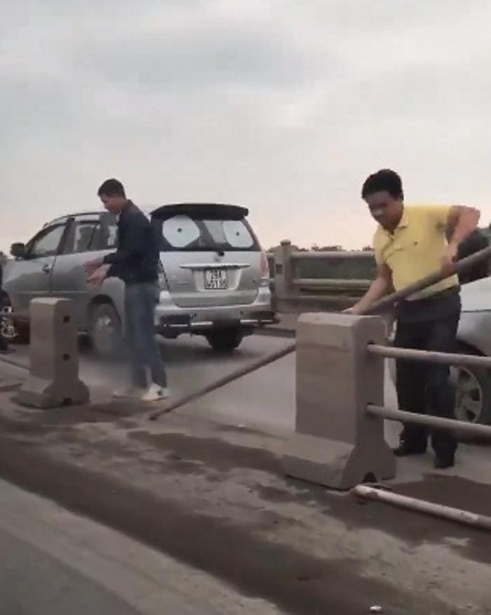Hình ảnh tài xế tháo dải phân cách để xe ô tô đi qua gây xôn xao.