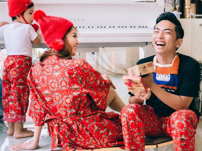 Trước thềm Giáng sinh, vợ chồng Khánh Thi – Phan Hiển và con trai Kubi cùng diện trang phục tông màu đỏ và thực hiện bộ ảnh mới. Sự hạnh phúc thể hiện rõ trên gương mặt của mỗi thành viên trong gia đình.